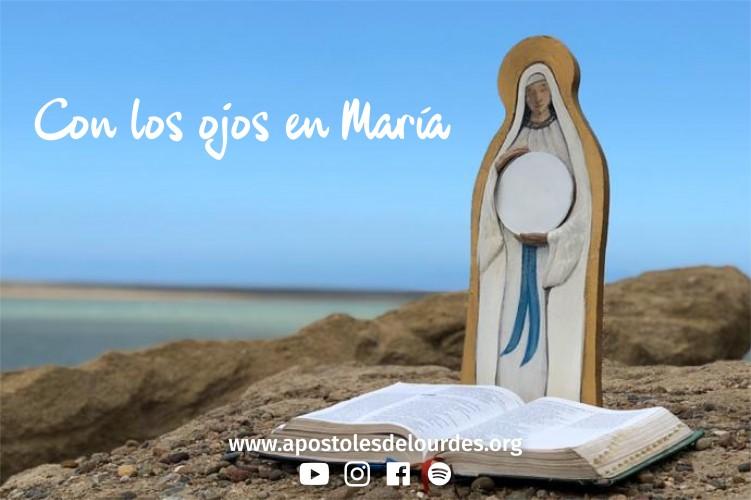Con los ojos en María